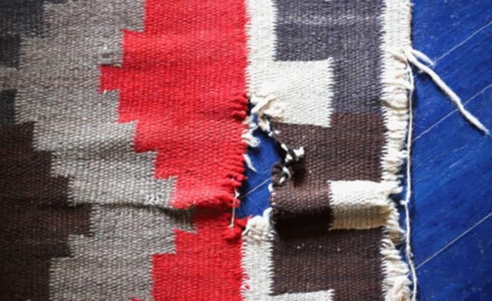 un tapis troué par les mites