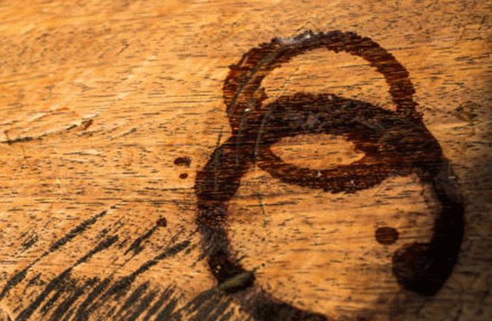 Comment enlever une tache sur du bois causée par un plat trop chaud