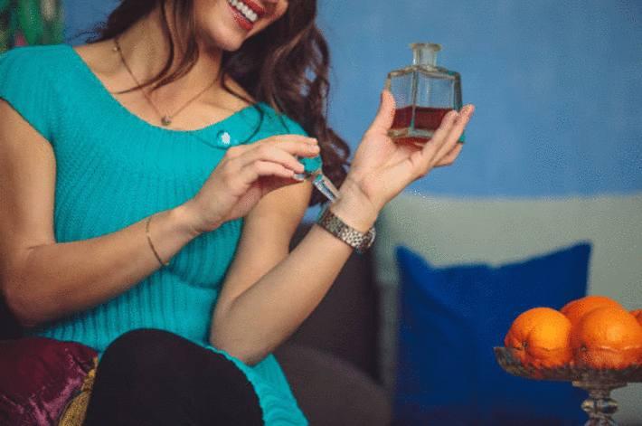 une femme teste un parfum au creux de son poignet