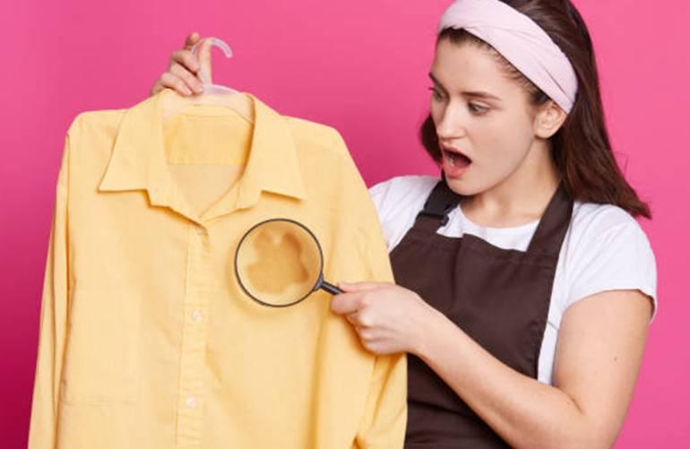 5 conseils et 10 produits efficaces pour enlever une tache sur un tissu coloré