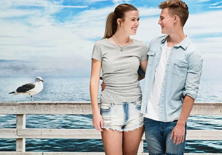 devant la mer un goeland observe un couple de jeunes gens