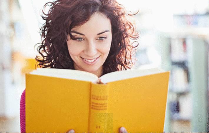 une femme lit un livre