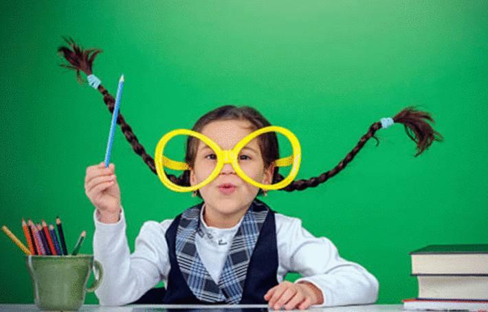 une enfant avec de grande lunette crayonne. Comment enlever les traces de crayon ?