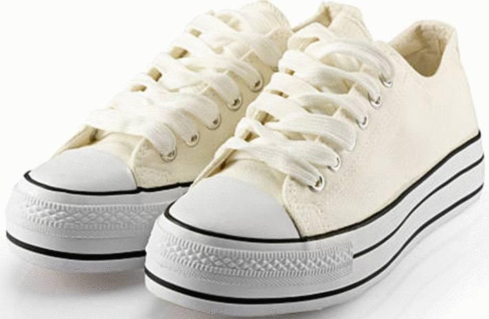 une paire de basket blanches
