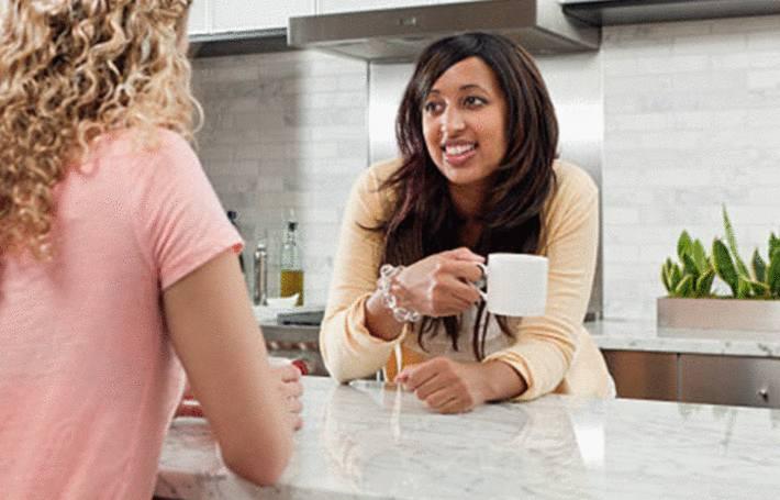 comment nettoyer un plan de travail en marbre demande une femme à une autre