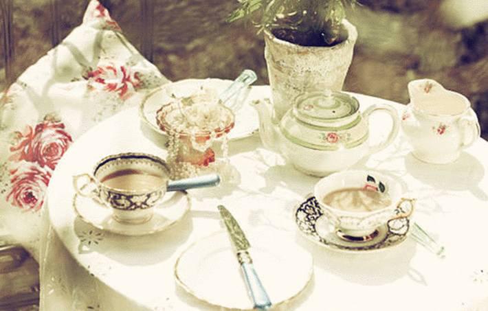 une jolie table de printemps avec de beaux couverts