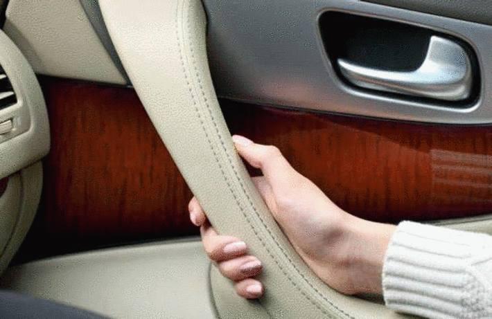 nettoyer volant, accoudoir, poignée cur voiture