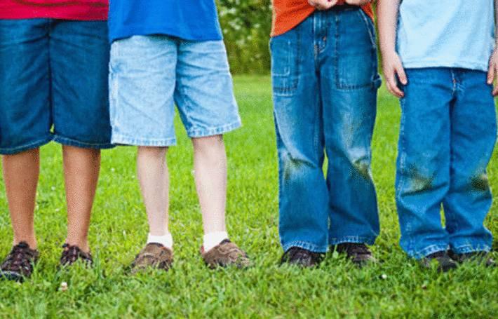 enfant sur l'herbe qui ont tous des jeans tachés