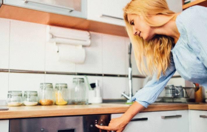 panne de lave vaisselle ! Une femme essaie de le faire marcher