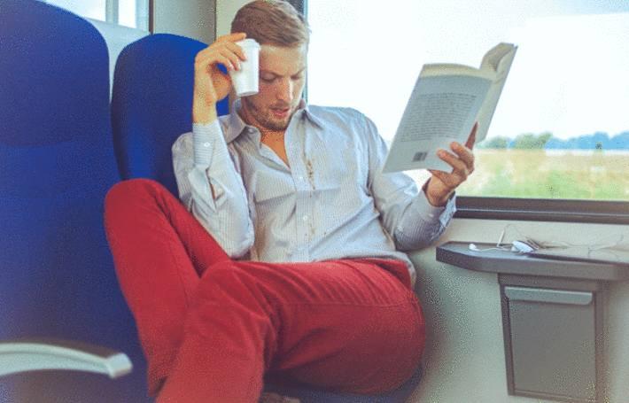 dans un train un homme vient de tacher sa chemise
