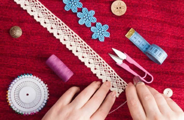 comment ranger matériel couture, ouvrages, papier emballage, guirlandes et boules de noel