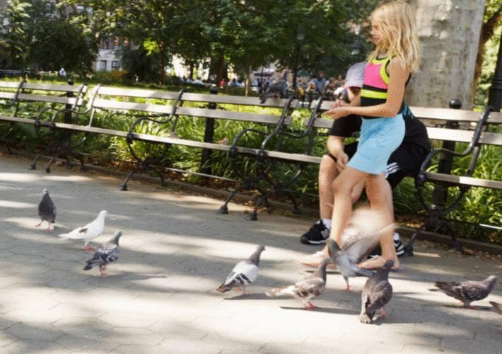 dans un parc des passants au milieu des passants