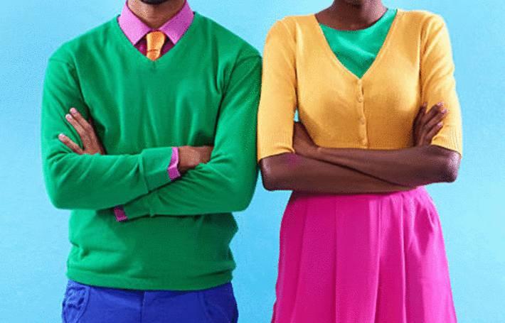 sur fond turquoise des jeunes gens en vêtements colorés