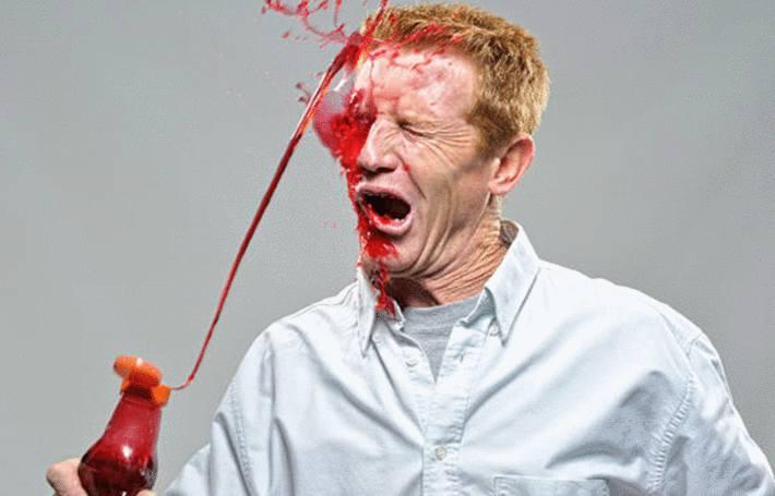 du ketchup éclabousse un homme et tache sa chemise