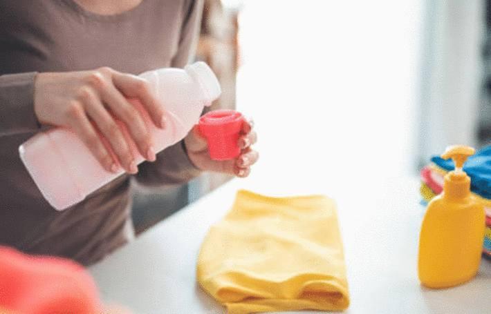 une femme montre sa technique pour enlever une tache de peche