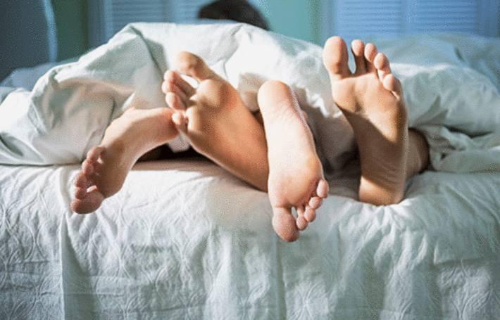 un couple dans un lit fait des taches de sperme sur les draps