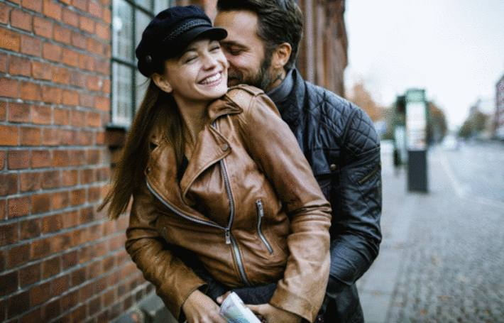 un homme et une femme en blouson simili cuir