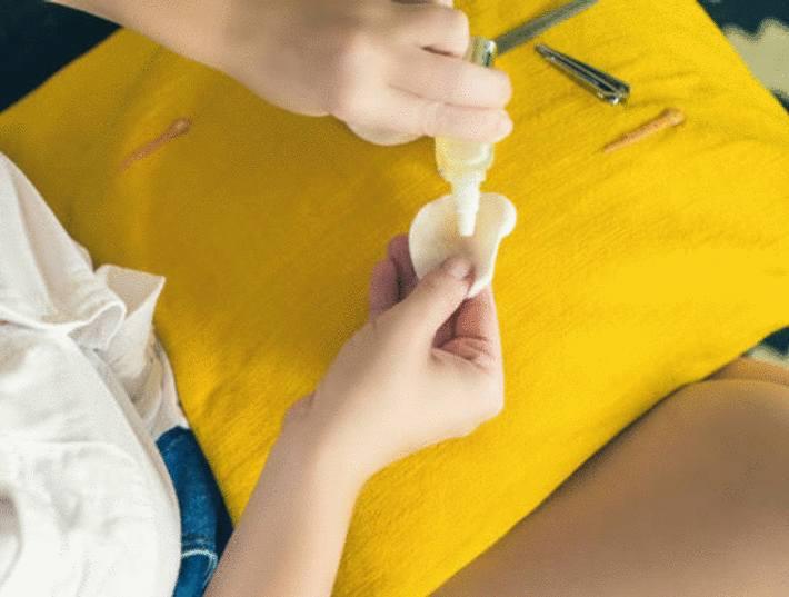 acétone-versée-sur-un-coussin-en-tissu-jaune-taché-de-vernis