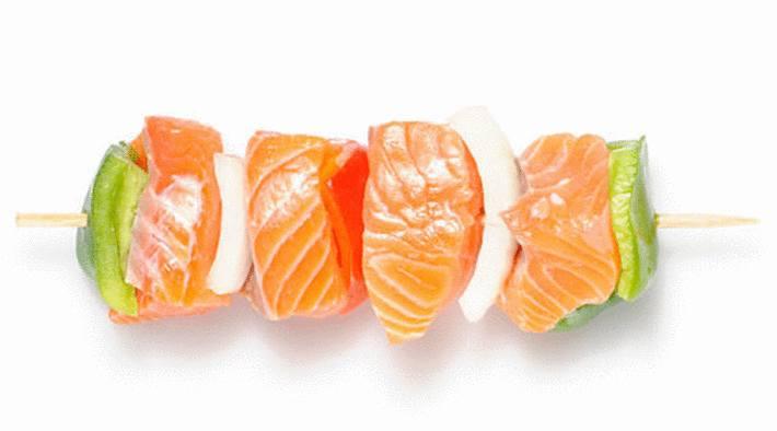 brochette-de-saumon-poivron-rouge-poivron-vert-oignon