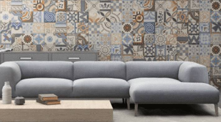 canapé-gris-clair-sur-papier-peint-bariolé