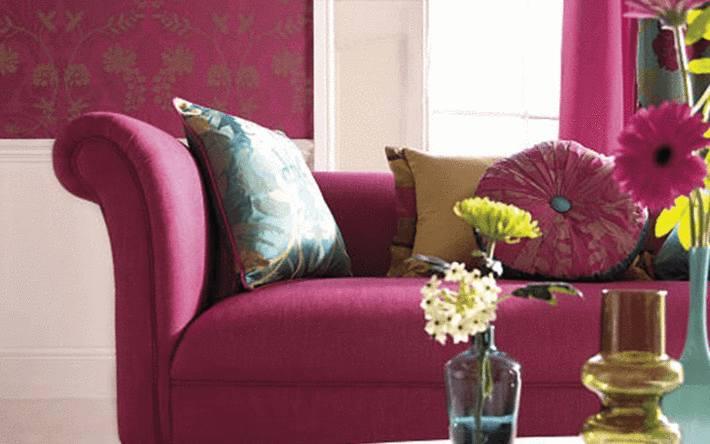 canapé-violet-vif-assorti-aux-rideaux-et-au-papier-peint
