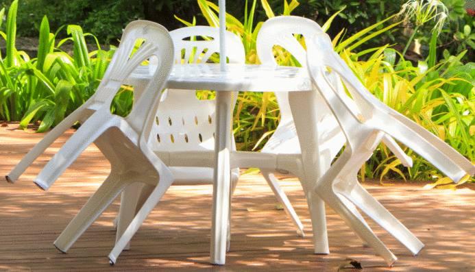astuce pour nettoyer et rénover un salon de jardin en PVC