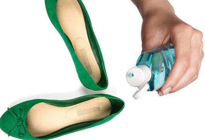 main-tenant-un-flacon-de-gel-hydro-alcoolique-sur-ballerine-verte