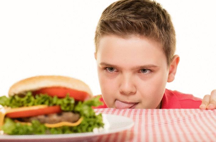 L'obésité de l'enfant est en progression. On compte 124 millions d'enfants obèses dans le monde c'est-à-dire dix fois plus qu'il y a 40 ans. Les pays les plus touchés sont certaines îles de Polynésie, les Etats-Unis, l'Egypte et l'Arabie saoudite. En France, l'obésité atteint 9,6% des adultes mais aussi 12% des enfants. L'obésité infantile a doublé en 10 ans. 1 enfant sur 5 est en surcharge pondérale et 3,5% sont obèses. Ces chiffres sont en constante augmentation. Votre enfant est un peu en surpoids ? Faites-en sorte de ne pas le laisser grossir davantage ! Il en est de votre responsabilité de parent. Car en le maintenant à une corpulence normale vous le protégerez contre le risque d'une maladie grave. Découvrez 16 conseils pour éviter à votre enfant de devenir trop gros. Obésité : comment l'éviter ? Enfant obèse = danger Puisque le surpoids augmente aussi les risques de maladie chroniques, comme le diabète ou certaines maladies cardiovasculaires, sans priver vraiment votre enfant, suivez ces conseils. 16 conseils pour éviter à votre enfant de trop grossir 1 – Prévoyez des activités pendant tout le temps libre de votre enfant Un enfant qui s'embête mange entre les repas. Le pédiatre spécialisé en obésité Véronique Nègre a d'ailleurs identifié l'ennui comme un facteur déclencheur de l'obésité chez l'enfant. Besoin d'idée pour occuper votre fils ou votre fille ? Votre région et votre ville peuvent vous aider -Consultez les activités proposées par votre mairie, la MJC (Maison des jeunes et de la culture) près de chez vous. Il existe une MJC dans chaque région de France. -Demandez à votre bibliothèque municipale quelles animations sont prévues pour les enfants. Inscrivez-vous aux newsletters familiales Il existe aussi des newsletters relayant les loisirs en famille du moment comme familiscope. 2 - Repas en famille et à table Prenez le temps de manger avec votre enfant, à table en famille, et si possible en évitant de regarder la télévision pendant les repas. 3 - Appren