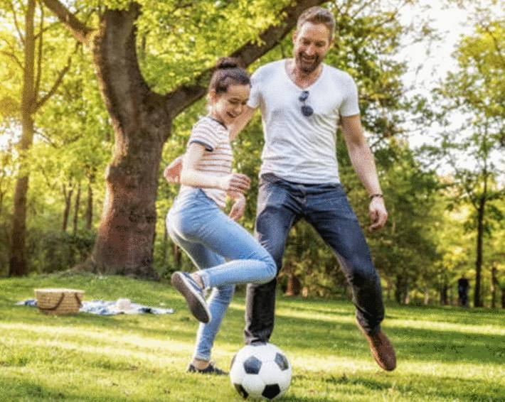 père-jouant-au-football-avec-sa-fille