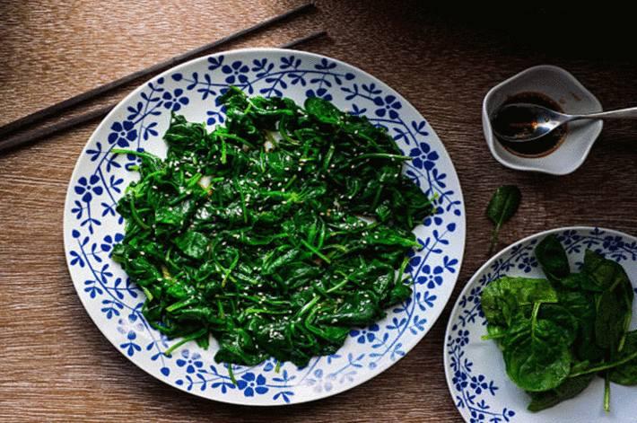 salade-verte-cuite-dans-une-assiette-fleurie-blanche-et-bleue