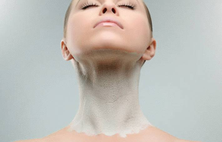une femme a le cou couvert d argile blanche pour soigner sa beau