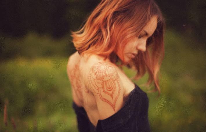du henné sur les cheveux et dessiné sur les bras