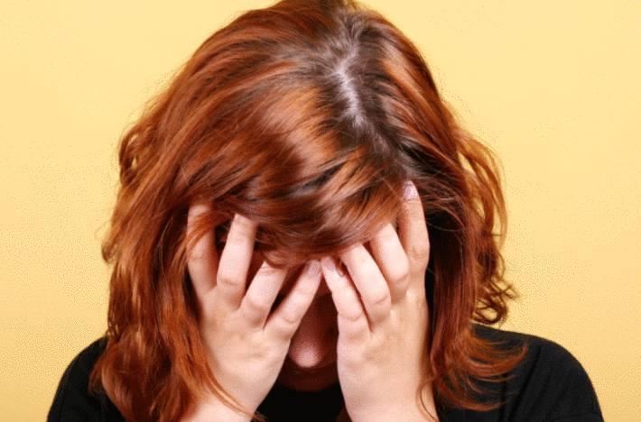 sur fond jaune une femme cache son visage avec ses mains