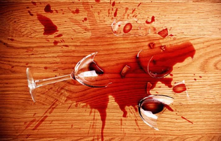du vin renversé qui tache du bois