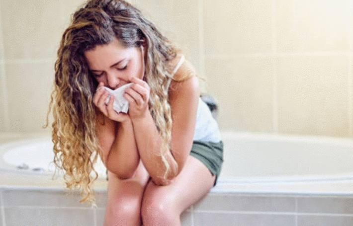 une fille est en train de vomir