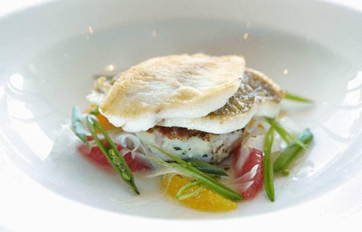 tranches-de-poisson-blanc-dans-une-assiette-blanche